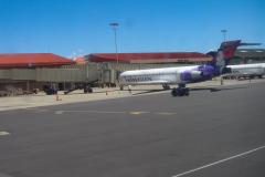 """Og nu, en kort flyvetur fra Kahului, Maui til Honolulu, O'ahu. """"Velkommen om bord, vi lander om et kort øjeblik"""", men de nåede at servere snacks og drikkevarer."""