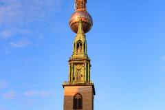 Berliner Fernsehturm med Marienkirche i forgrunden, Berlin, Tyskland