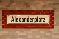 Selvforklarende skilt på undergrundsstationen