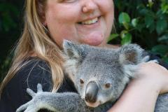 Australia Zoo, Queensland, Australien. Sorry, vi kunne ikke lade være med at hilse på denne lille skabning, en megainteressant halv time i selskab med denne unge Koala og en dyrepasser som kunne fortælle alt hvad der var værd at vide.