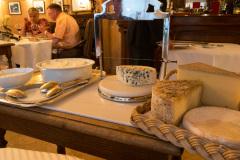 Fantastisk middag i et af Gastronomiens store templer, Restaurant Paul Bocuse i Lyon, Frankrig. Her det beskedne ostebord, med et let udvalg.
