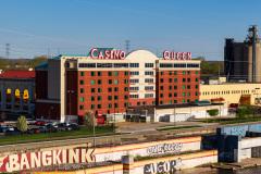 Casino Queen Hotel på Illinois siden af Mississippi floden i St. Louis, USA med fantastisk udsigt over Mississippi til Gateway Arch som ligger på Missouri siden af floden.