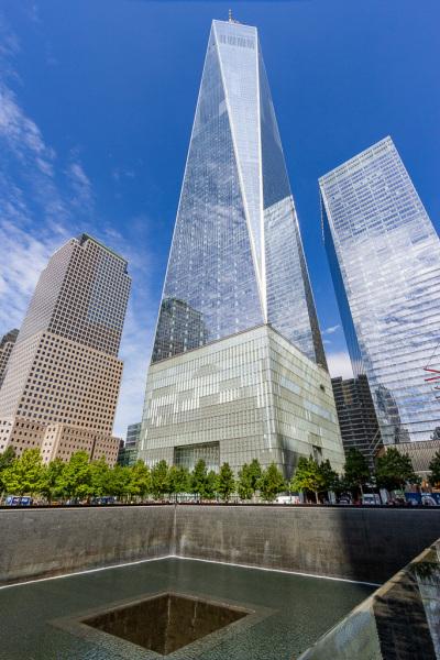 One World Trade Center med et af bassinerne ved 9/11 Memorial i forgrunden, New York, USA