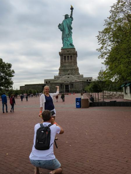 Typiske turister ved Frihedsgudinden i New York, USA