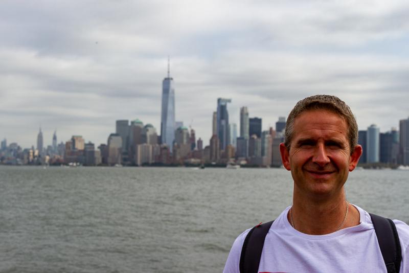 Karsten med Manhattan i baggrunden på Liberty Island, New York, USA