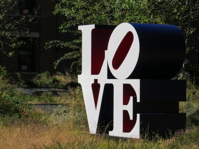 Vandretur på Highline Park, gammel hævet godstogsspor lavet om til park, New York, USA
