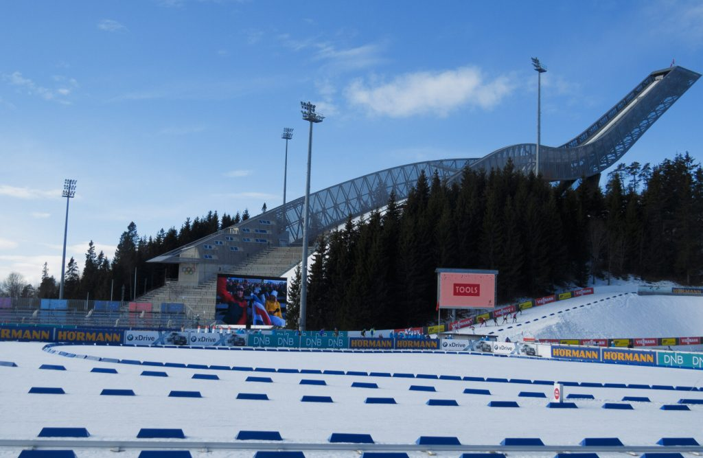 Skihopbakken på Holmenkollen, set fra biathlon stadion.